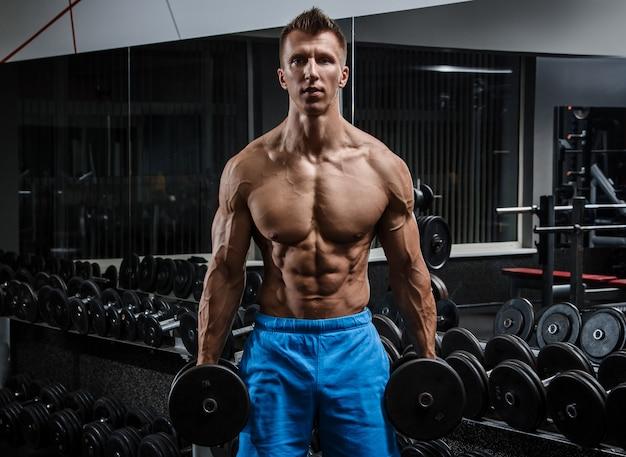 Uomo muscoloso in palestra