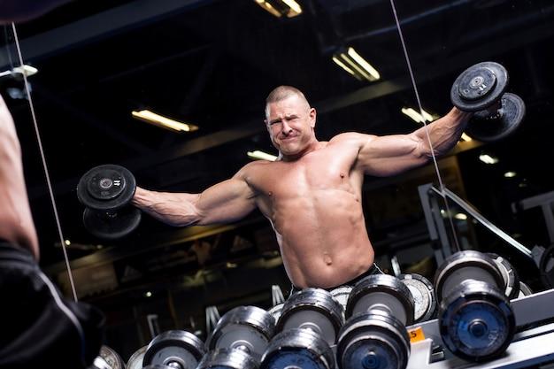 Uomo muscoloso in una palestra