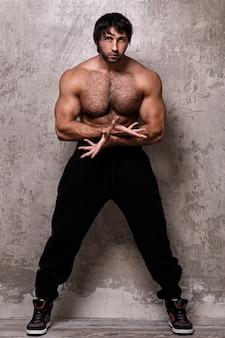 Uomo muscoloso senza camicia