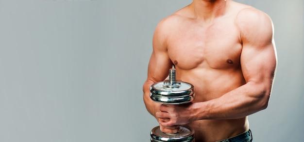 Uomo muscoloso su sfondo grigio