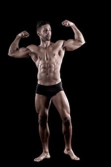 Uomo muscoloso su uno sfondo nero