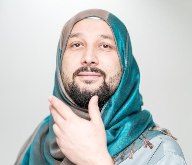 Uomo musulmano adulto con sciarpa sulla testa