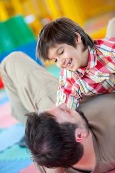 Uomo musulmano che gioca con suo figlio