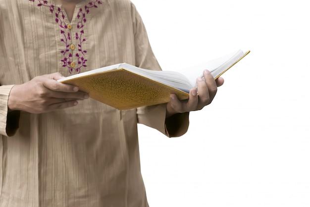 Uomo musulmano che legge il corano