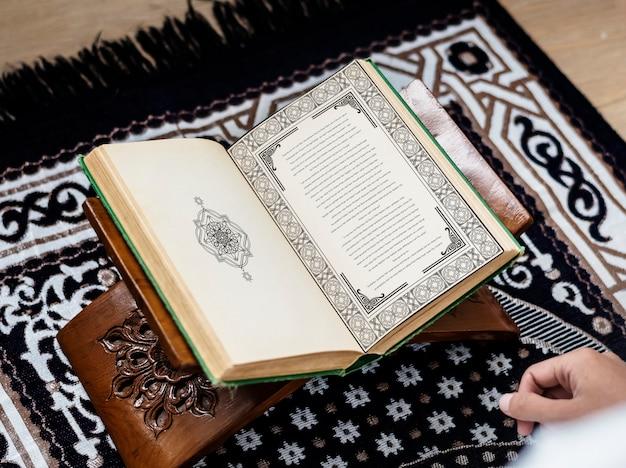 Uomo musulmano che studia il corano