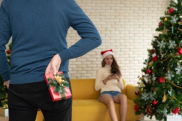 Uomo nascosto scatola regalo sul retro.