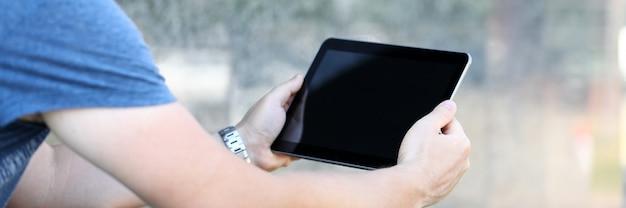 Uomo navigare in internet con tablet