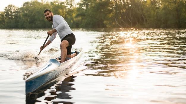Uomo nel concetto di rematura della canoa