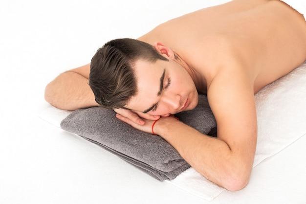 Uomo nel salone spa