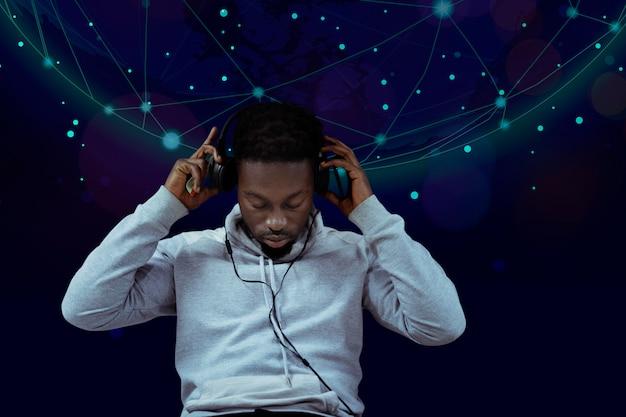 Uomo nero che ascolta la musica