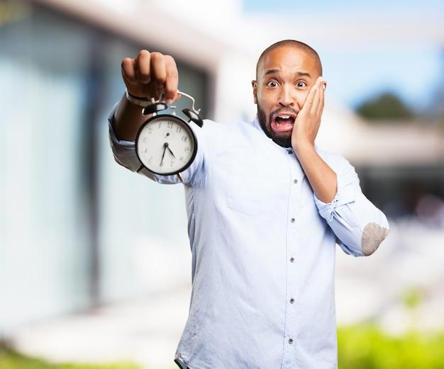 Uomo nero espressione preoccupata