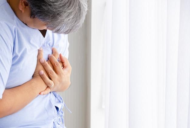 Uomo paziente con dolore all'attacco di cuore nella stanza di ospedale
