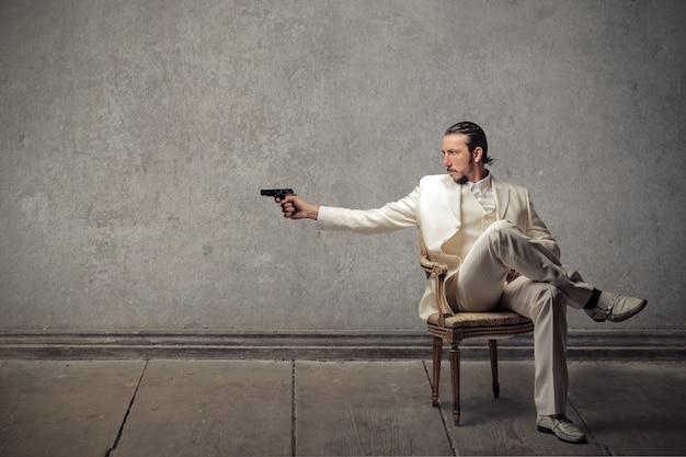 Uomo pericoloso con una pistola