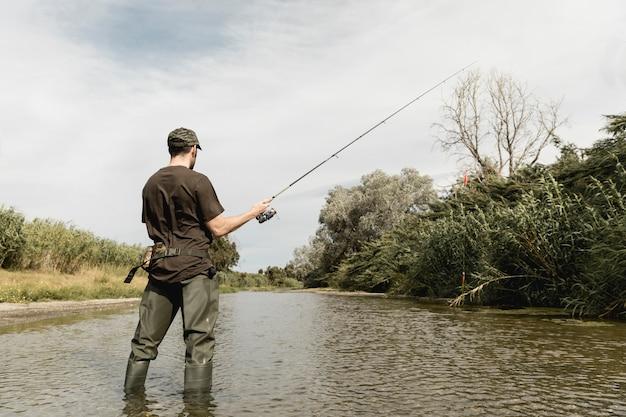 Uomo pesca al fiume