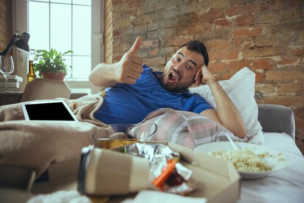 Uomo pigro che vive tutta la vita nel suo letto circondato da disordini
