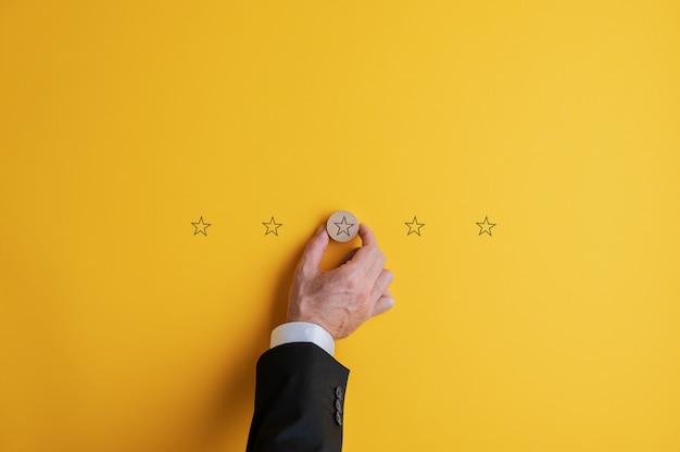 Uomo posizionando cinque stelle su sfondo giallo