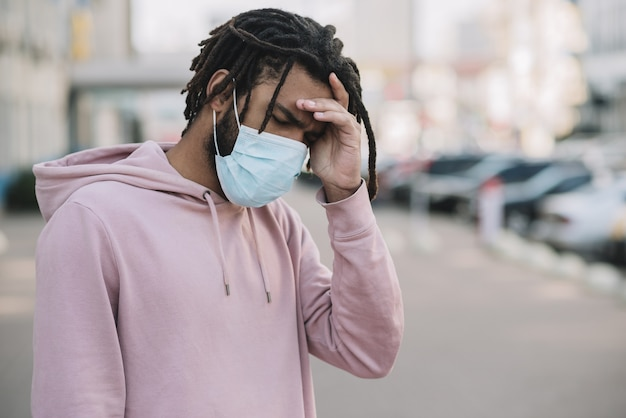 Uomo preoccupato che indossa una maschera medica