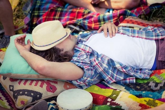 Uomo rilassante in campeggio