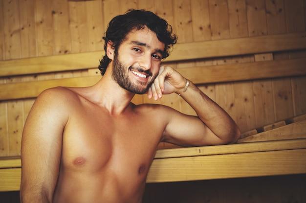 Uomo rilassante in una sauna