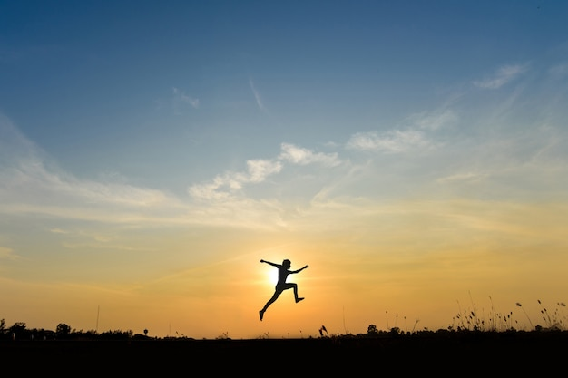 Uomo salta sulla collina, idea di business concept