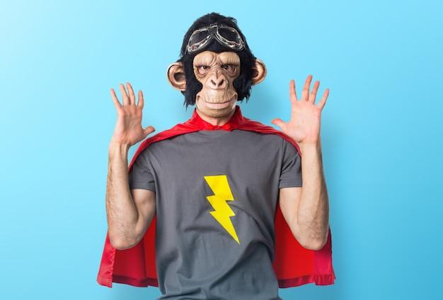 Uomo scimmia frustrato supereroe su sfondo colorato