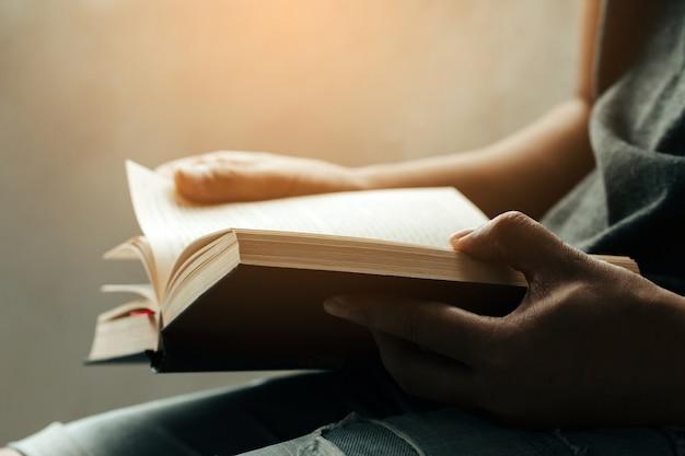 Uomo seduto e leggendo la sacra bibbia