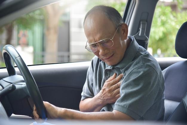 Uomo senior asiatico che ha attacco di cuore.