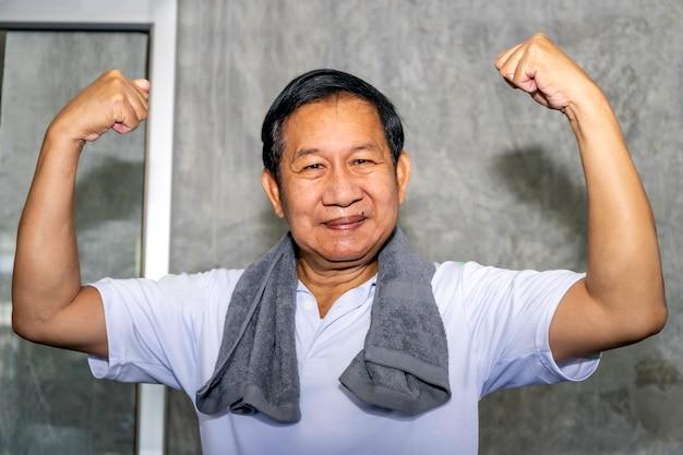 Uomo senior asiatico che sorride in abiti sportivi.
