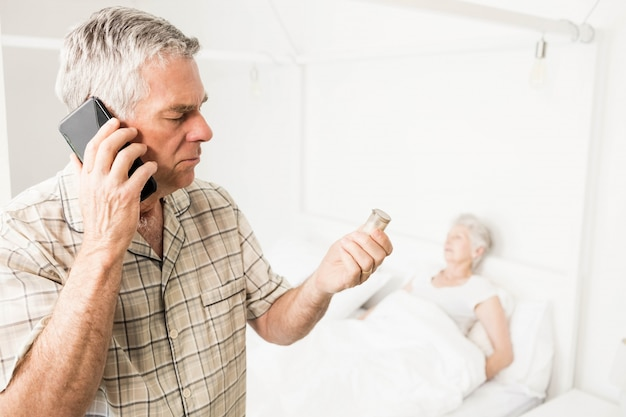 Uomo senior che chiama a causa delle pillole a casa