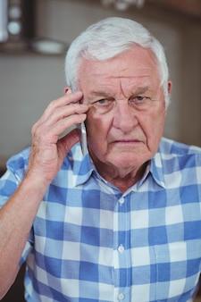 Uomo senior che parla sul telefono cellulare