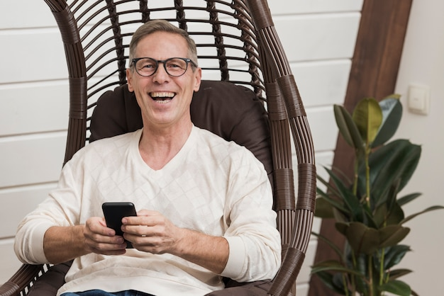 Uomo senior che per mezzo di un dispositivo moderno