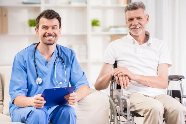 Uomo senior che si siede in sedia a rotelle all'ambulatorio.