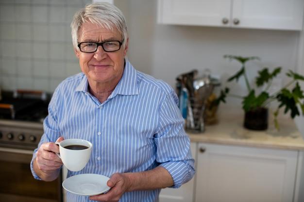 Uomo senior che tiene una tazza di caffè