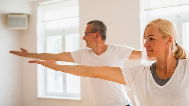 Uomo senior e donna del primo piano che fanno forma fisica