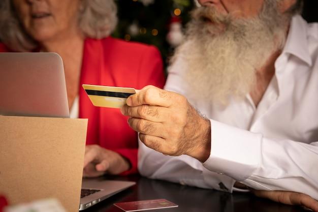 Uomo senior e donna del primo piano con la carta di credito