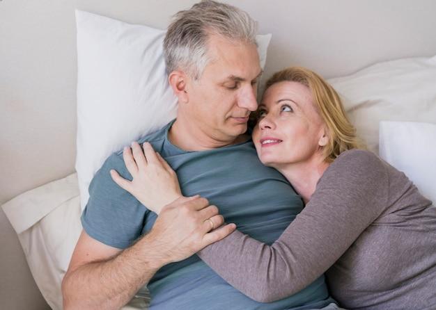 Uomo senior e donna insieme nell'amore