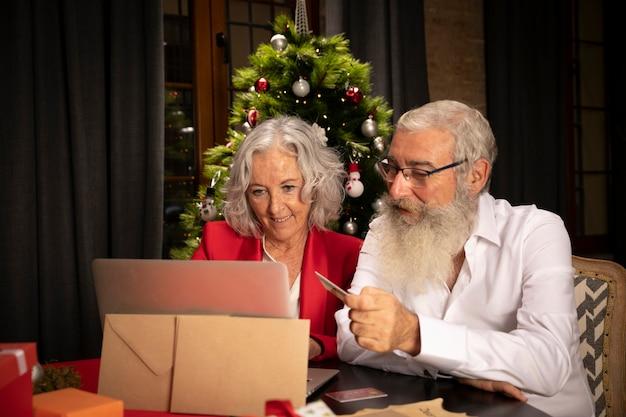 Uomo senior e donna insieme per natale