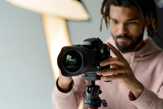Uomo sfocato con fotocamera