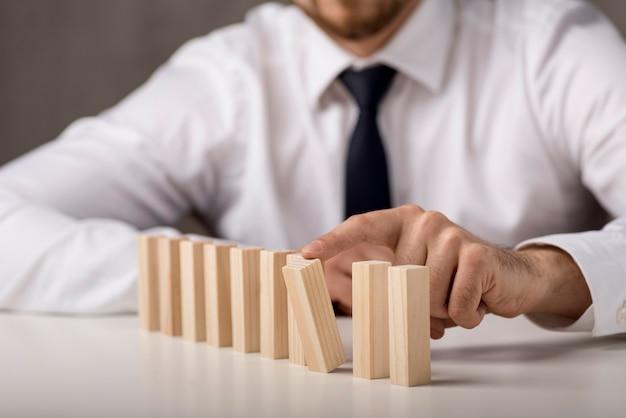 Uomo sfocato in camicia e cravatta con domino
