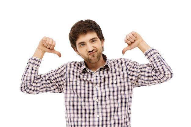 Uomo sicuro che si indica orgoglioso, in mostra