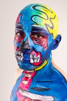 Uomo singolare con una testa dipinta e una spalla isolate