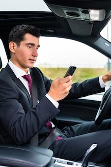Uomo sms mentre si guida in auto
