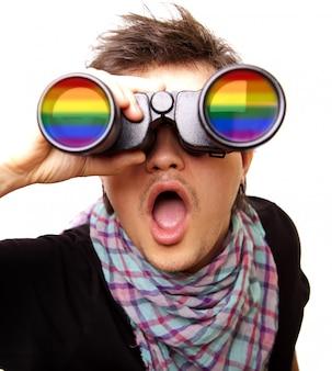 Uomo sorpreso con arcobaleno binoculare e lgbt