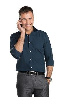 Uomo sorridente che parla sul telefono cellulare