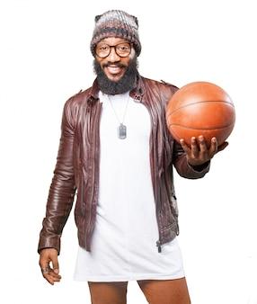 Uomo sorridente che tiene le palle da basket