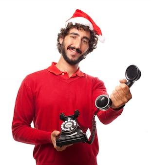 Uomo sorridente con la protezione della santa e un telefono d'epoca