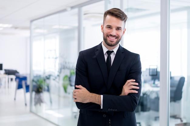 Uomo sorridente con le braccia incrociate