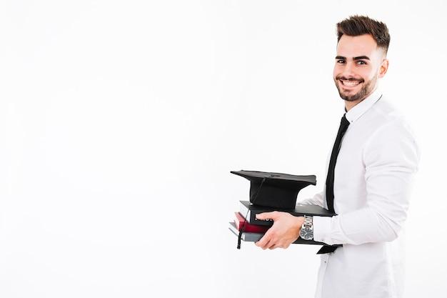 Uomo sorridente con libri e sparviere