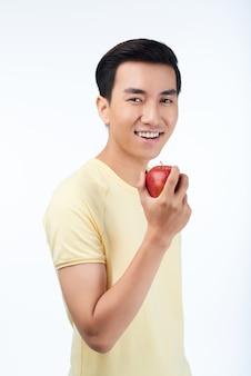 Uomo sorridente con mela rossa