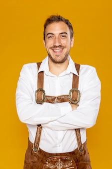 Uomo sorridente con sfondo dorato